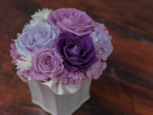 フラワーアレンジメントに上品な紫色を。ギフトやインテリアに最適