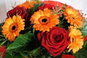 フラワーアレンジメントに華やかなオレンジを。印象別デザインを紹介
