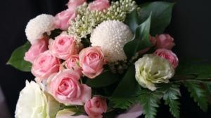 スタンド花を贈るときの注意点。色の選び方やマナーとは