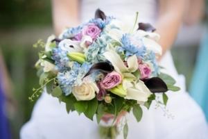 フラワーアレンジメントに珍しいブルーのお花を。クールで美しいギフト