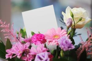 スタンド花を舞台の公演祝いに贈ろう。喜ばれる選び方とマナーを解説