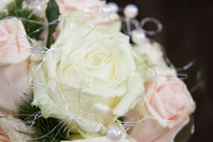 プリザーブドフラワーで人気の白い花は?種類や人気デザインのまとめ